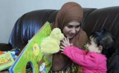 foto van moeder en kind met prentenboek