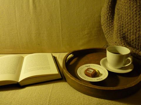 Foto van een boek en tas koffie